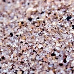 песчинки речного песка под микроскопом 10кратное увеличение